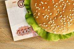 Hamburger con cinque mila fatture della rublo Fotografia Stock