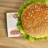 Hamburger con cinque mila fatture della rublo Fotografia Stock Libera da Diritti