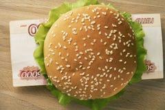 Hamburger con cinque mila fatture della rublo russa Immagine Stock