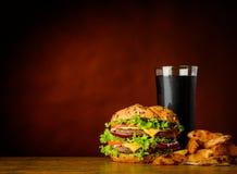 Hamburger con cola, le fritture e lo spazio freddi della copia Fotografia Stock Libera da Diritti