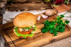 Hamburger con formaggio ed insalata fotografie stock libere da diritti