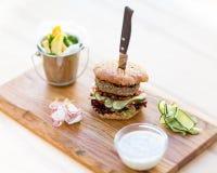 Hamburger con i chip Fotografia Stock