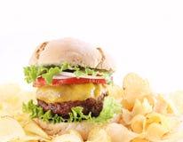 Hamburger con i chip isolati Fotografie Stock Libere da Diritti