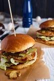 Hamburger con il pollo, la salsa di formaggio ed i funghi Fotografia Stock