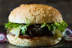 Hamburger con le fette del manzo Immagine Stock Libera da Diritti