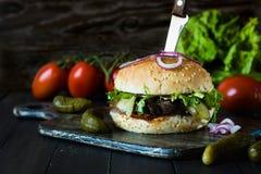 Hamburger con le fette del manzo Fotografia Stock