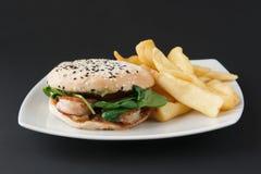 Hamburger con le fritture della patata e del gamberetto Fotografia Stock