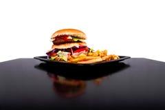 Hamburger con le fritture isolate su fondo in bianco e nero fotografia stock