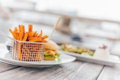 Hamburger con le patate dolci Fotografia Stock Libera da Diritti