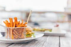 Hamburger con le patate dolci Fotografie Stock Libere da Diritti