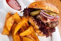 Hamburger con le patate e la salsa Fotografie Stock Libere da Diritti