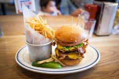 Hamburger con le patate fritte Fotografia Stock Libera da Diritti
