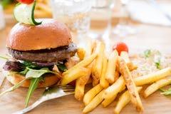 Hamburger con le patate fritte Immagini Stock Libere da Diritti