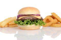 Hamburger con le patate fritte e gli anelli di cipolla Fotografia Stock Libera da Diritti
