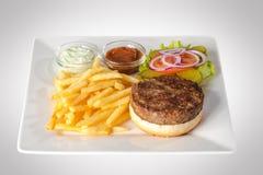 Hamburger con le patate fritte e la salsa fotografie stock libere da diritti