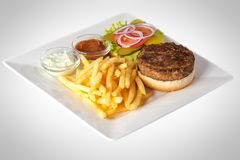 Hamburger con le patate fritte e la salsa fotografia stock libera da diritti