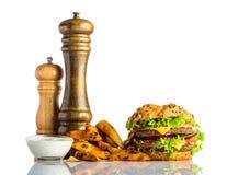 Hamburger con le patate fritte e la salsa di immersione Fotografia Stock Libera da Diritti