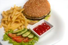 Hamburger con le patate fritte su un fondo bianco Fotografia Stock Libera da Diritti