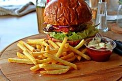 Hamburger con le patatine fritte Fotografie Stock Libere da Diritti