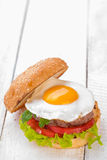 Hamburger con le uova fritte Fotografia Stock Libera da Diritti