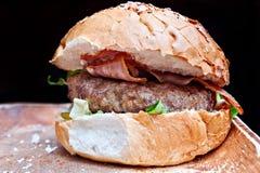 Hamburger con pancetta affumicata e la verdura Immagine Stock