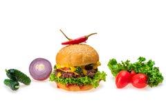 Hamburger con peperoncino caldo su fondo bianco fotografia stock libera da diritti