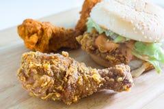 Hamburger con pollo fritto immagini stock libere da diritti
