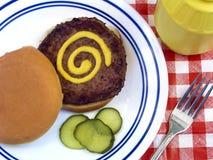 Hamburger con senape fotografia stock