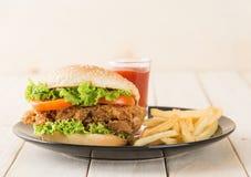 Hamburger croccante del pollo immagini stock