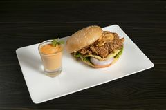 Hamburger croustillant de poulet de moutarde avec de la sauce du côté photos stock