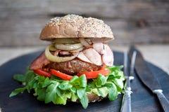 Hamburger délicieux avec le lard et l'oignon frit image stock
