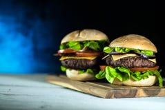 Hamburger délicieux de fromage avec de la laitue et la tomate Closeu photographie stock
