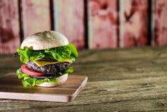Hamburger délicieux de fromage avec de la laitue et la tomate Closeu photo libre de droits