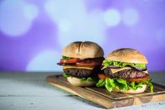 Hamburger délicieux de fromage avec de la laitue et la tomate Closeu photo stock