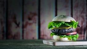 Hamburger délicieux de fromage avec de la laitue et la tomate Closeu image stock