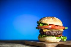 Hamburger délicieux de fromage avec de la laitue et la tomate Closeu photos stock