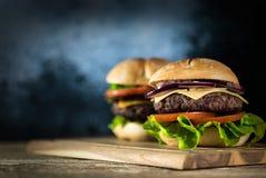 Hamburger délicieux de fromage avec de la laitue et la tomate Closeu photos libres de droits