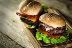 Hamburger délicieux de fromage avec de la laitue et la tomate Closeu photographie stock libre de droits