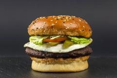 Hamburger délicieux de porc avec des oeufs Photos stock