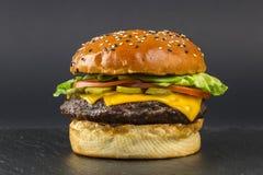 Hamburger délicieux sur le fond foncé Photos libres de droits
