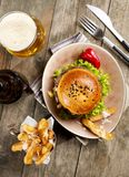 Hamburger, dłoniaki i piwo, fotografia royalty free