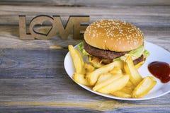 Hamburger d'aliments de préparation rapide avec des pommes frites Images libres de droits