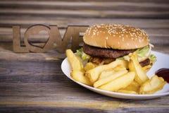 Hamburger d'aliments de préparation rapide avec des pommes frites Photographie stock libre de droits