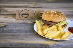 Hamburger d'aliments de préparation rapide avec des pommes frites Image libre de droits