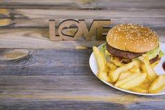 Hamburger d'aliments de préparation rapide avec des pommes frites Photographie stock