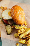 Hamburger d'oeuf au plat au-dessus de vue Photographie stock libre de droits