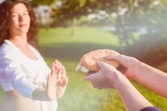 Hamburger d'ordures de femme enceinte photo stock