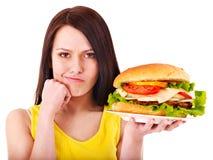 Hamburger da terra arrendada da mulher. Fotos de Stock Royalty Free
