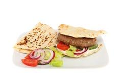 Hamburger dans un flatbread Photos stock