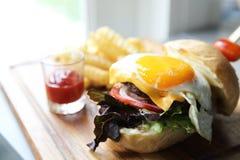 Hamburger de boeuf photographie stock libre de droits